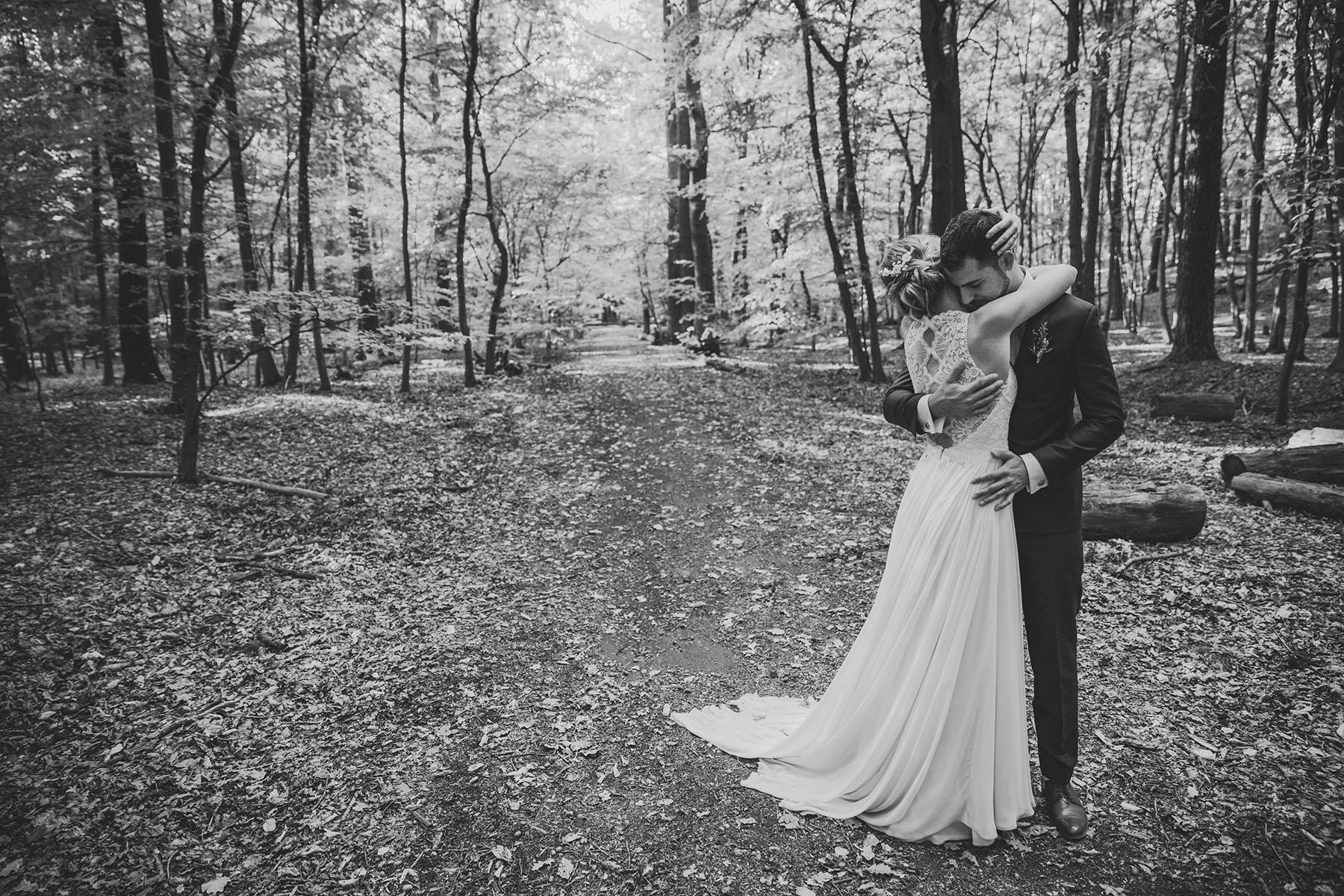 Braut und Bräutigam im Wald in Schleswig-Holstein