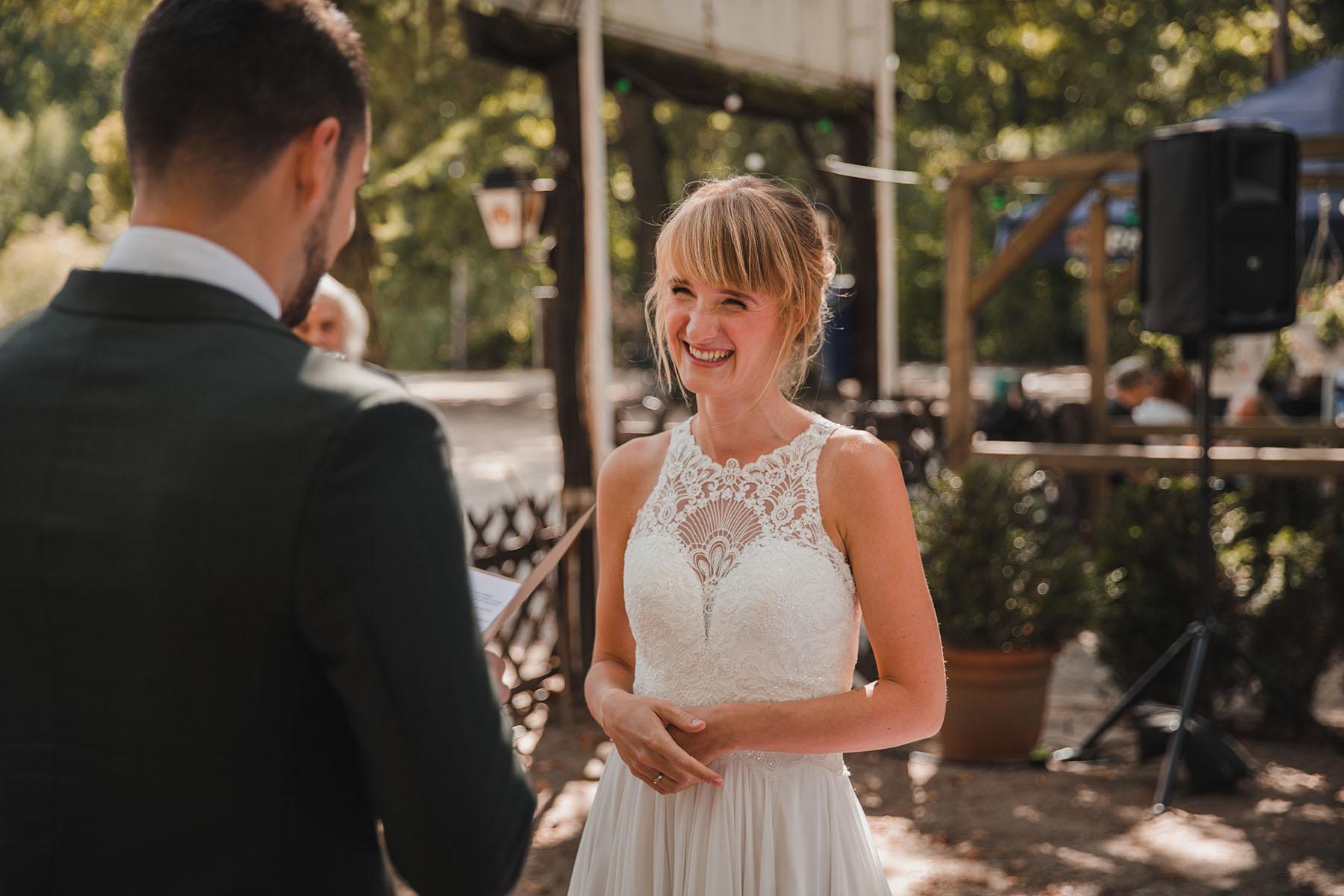 Braut bei freier Trauung im Spandauer Forst