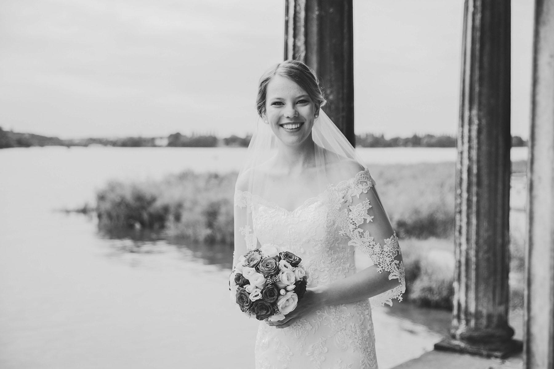 Braut mit Schleier Foto in schwarz-weiß am Wasser