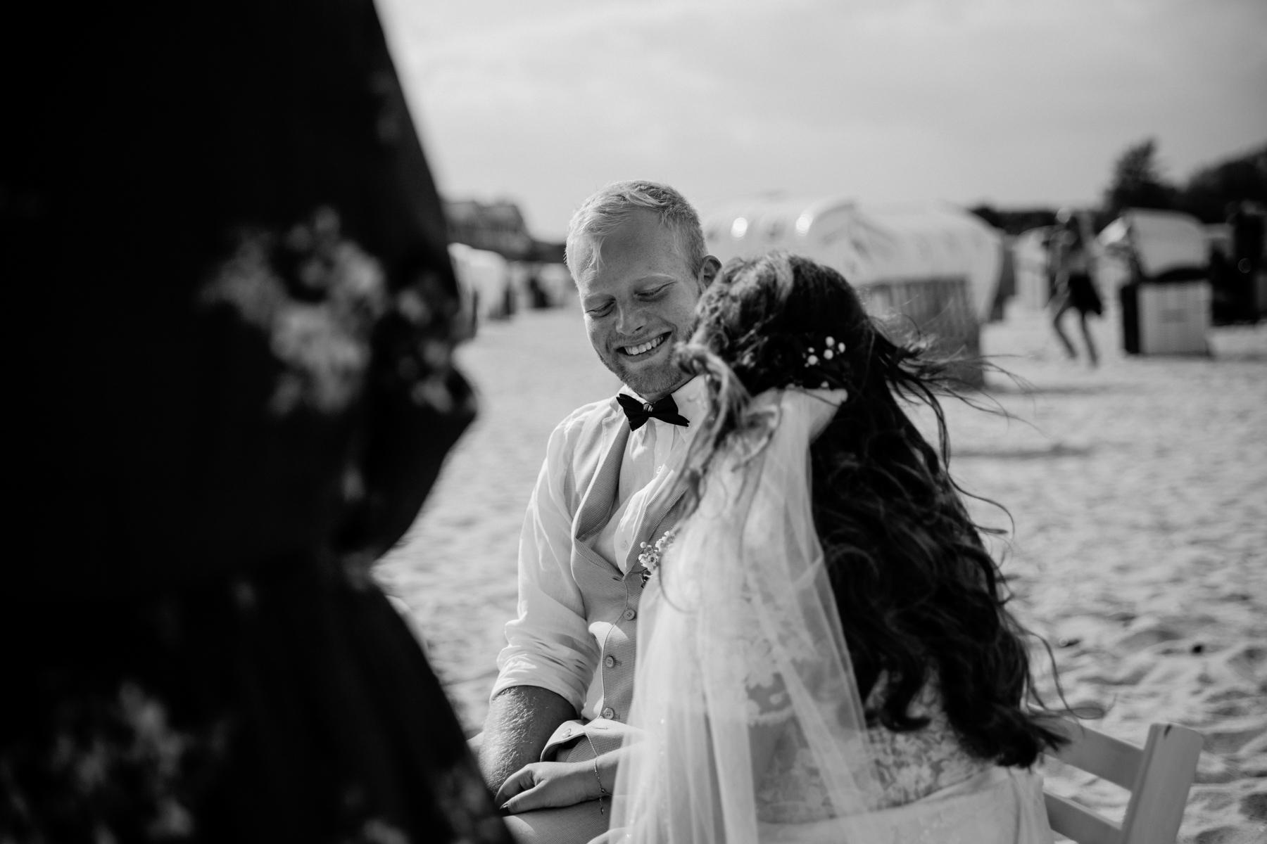 Bräutigam bei freier Trauung an der Ostsee schwarz weiß