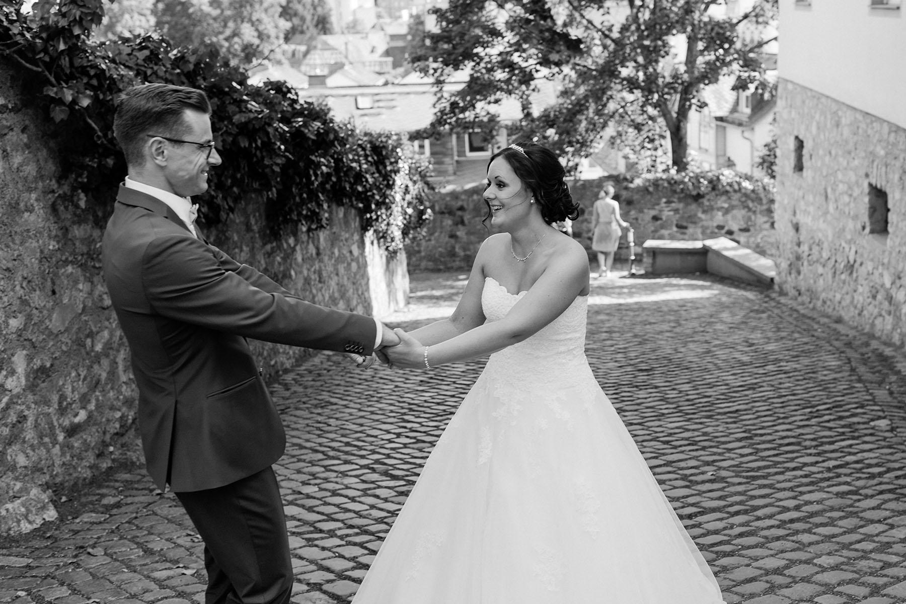 Brautpaar tanzt draußen Foto in schwarz-weiß