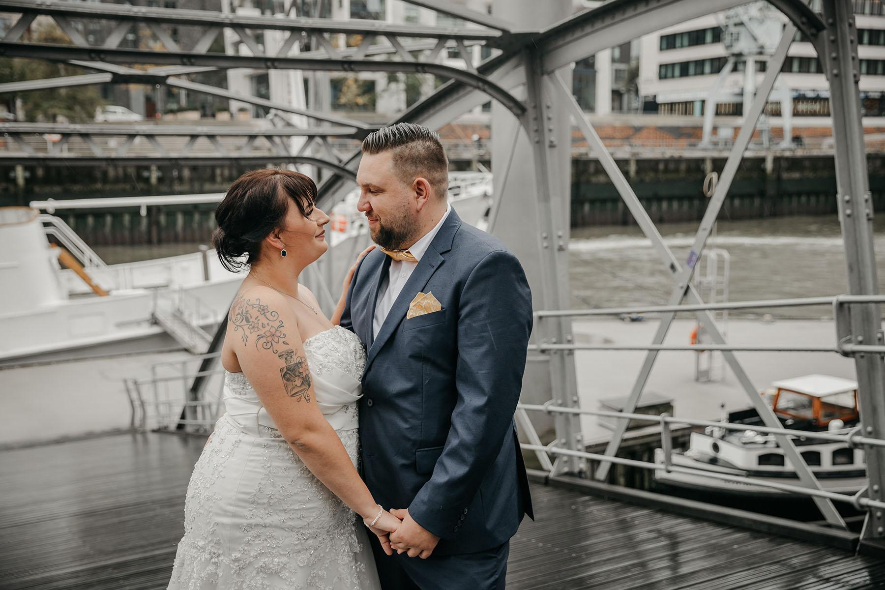 Brautpaarfotos im Regen in der HafenCity