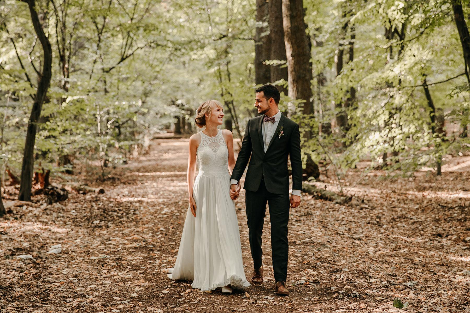 Brautpaar Spaziergang im Wald