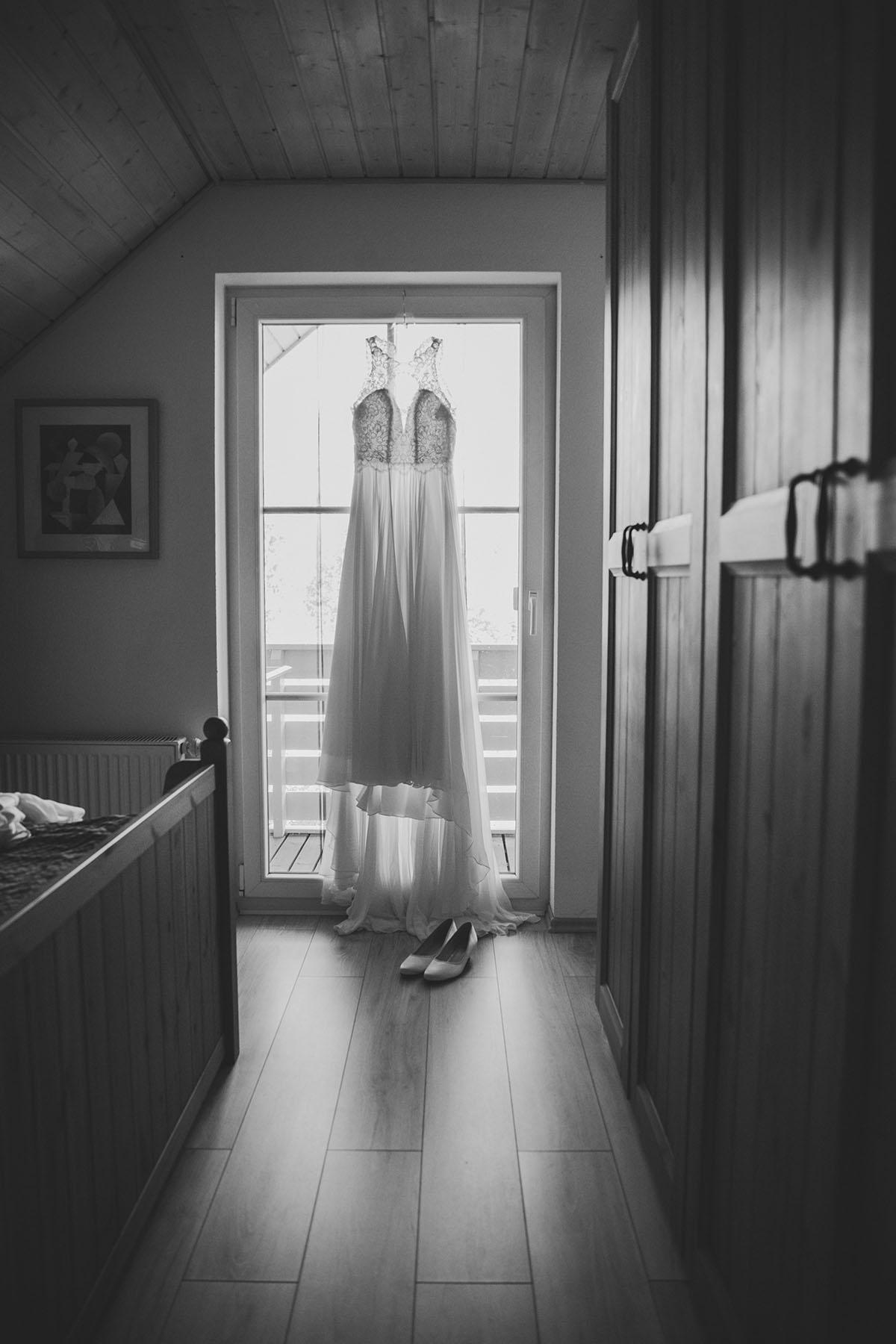 Brautkleid schwarz-weiß Foto beim Getting Ready