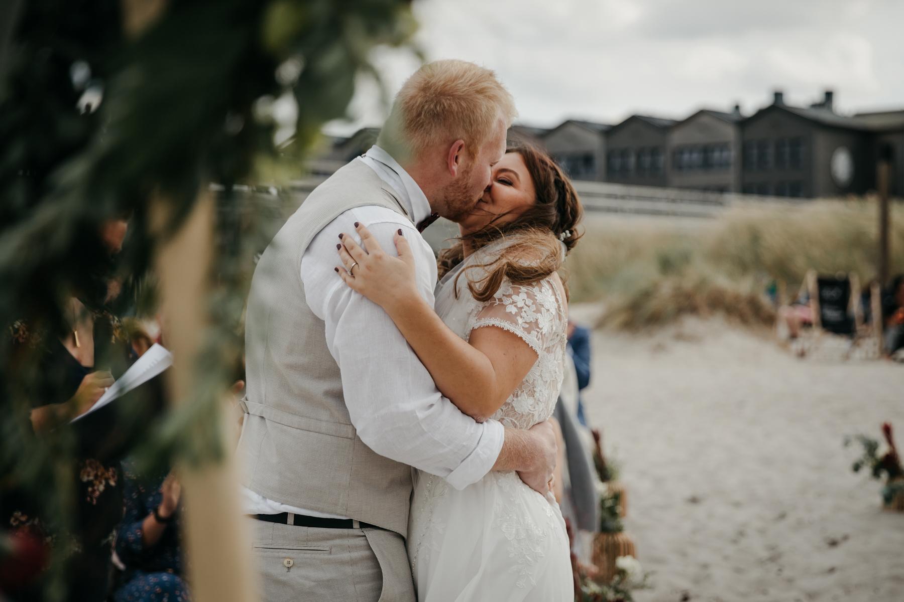 Hochzeitskuss bei freier Trauung draußen
