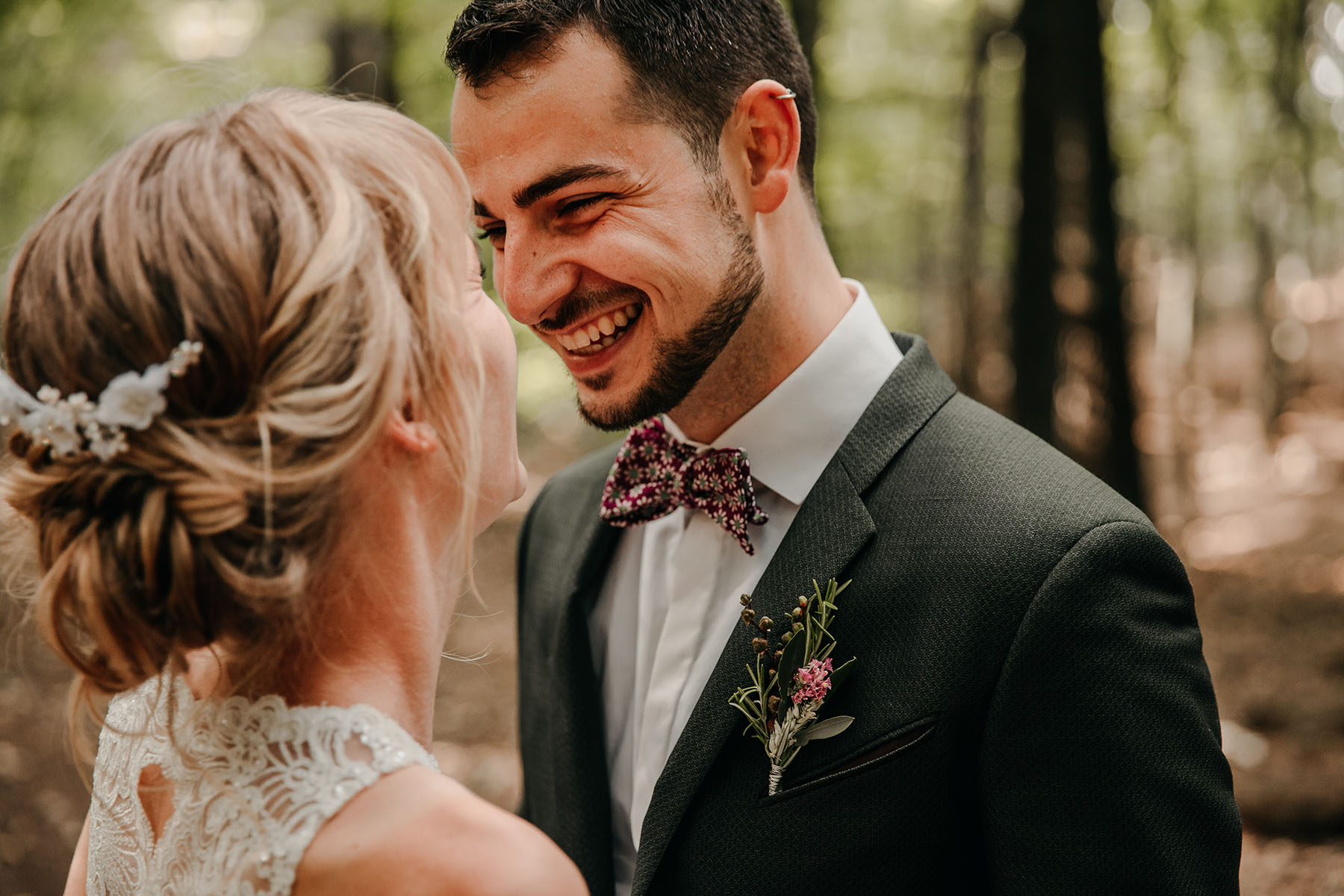 Bräutigam mit Fliege und grünem Anzug