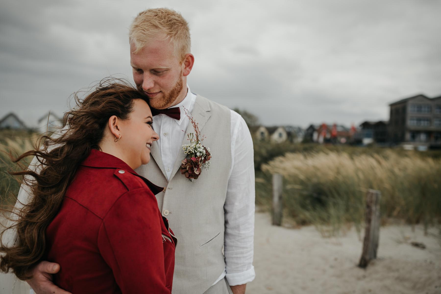 Brautpaar in den Dünen an der Ostsee