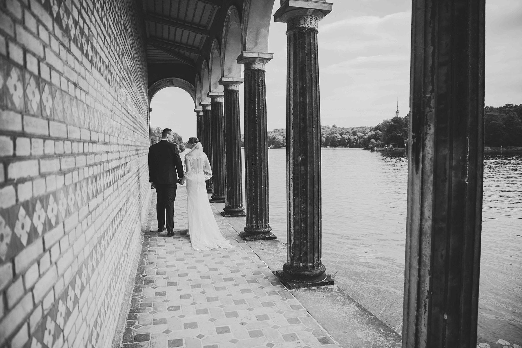 Brautpaar im Säulengang in Potsdam