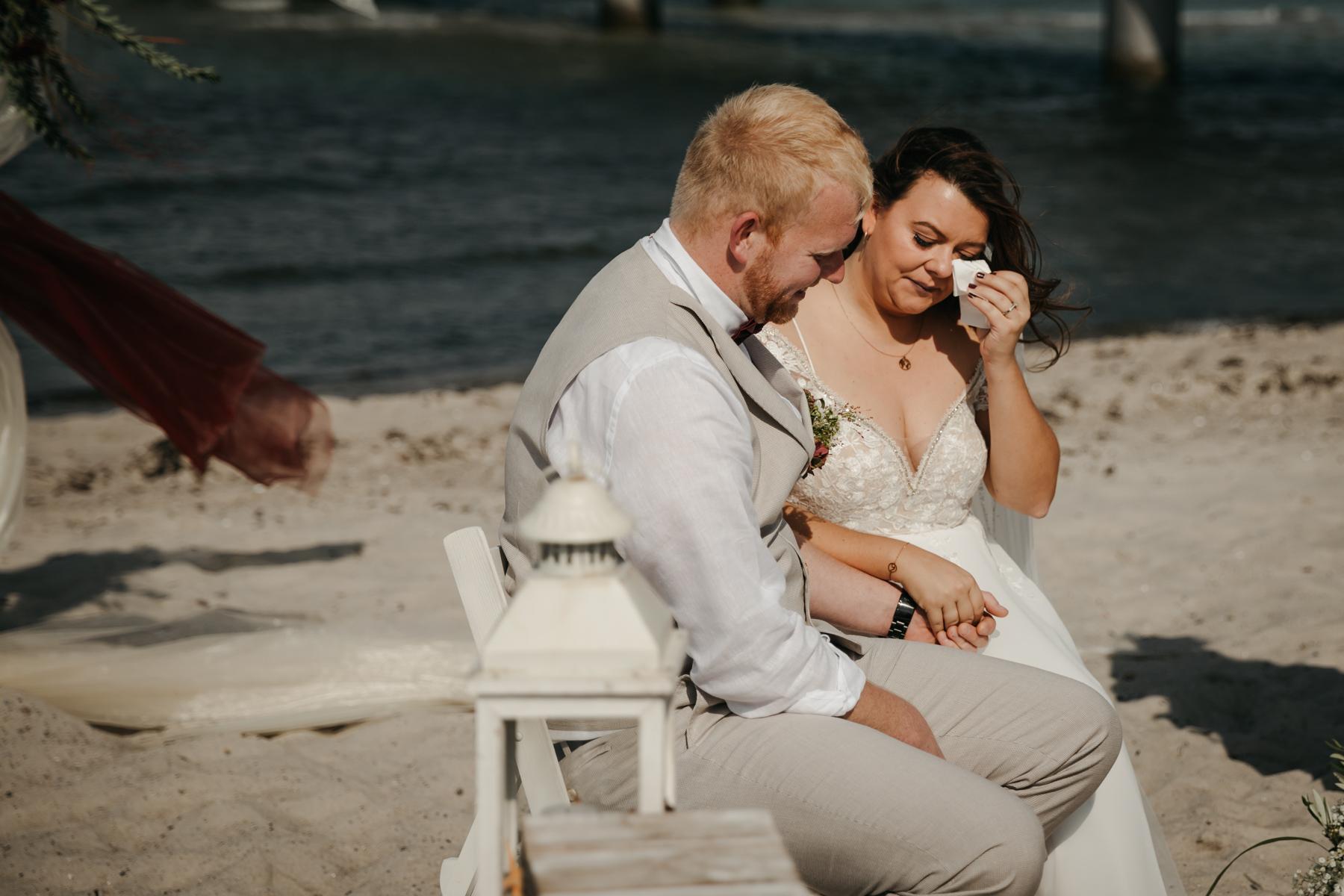Emotionsreiche Hochzeit am Strand in Deutschland