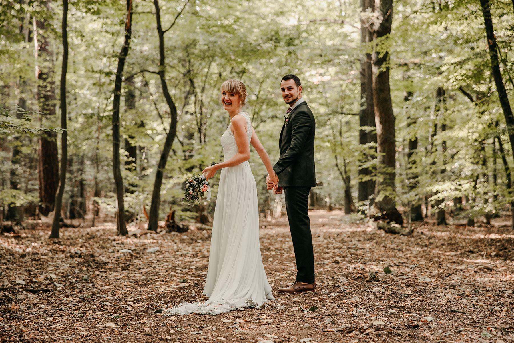 Brautpaarfoto im Wald