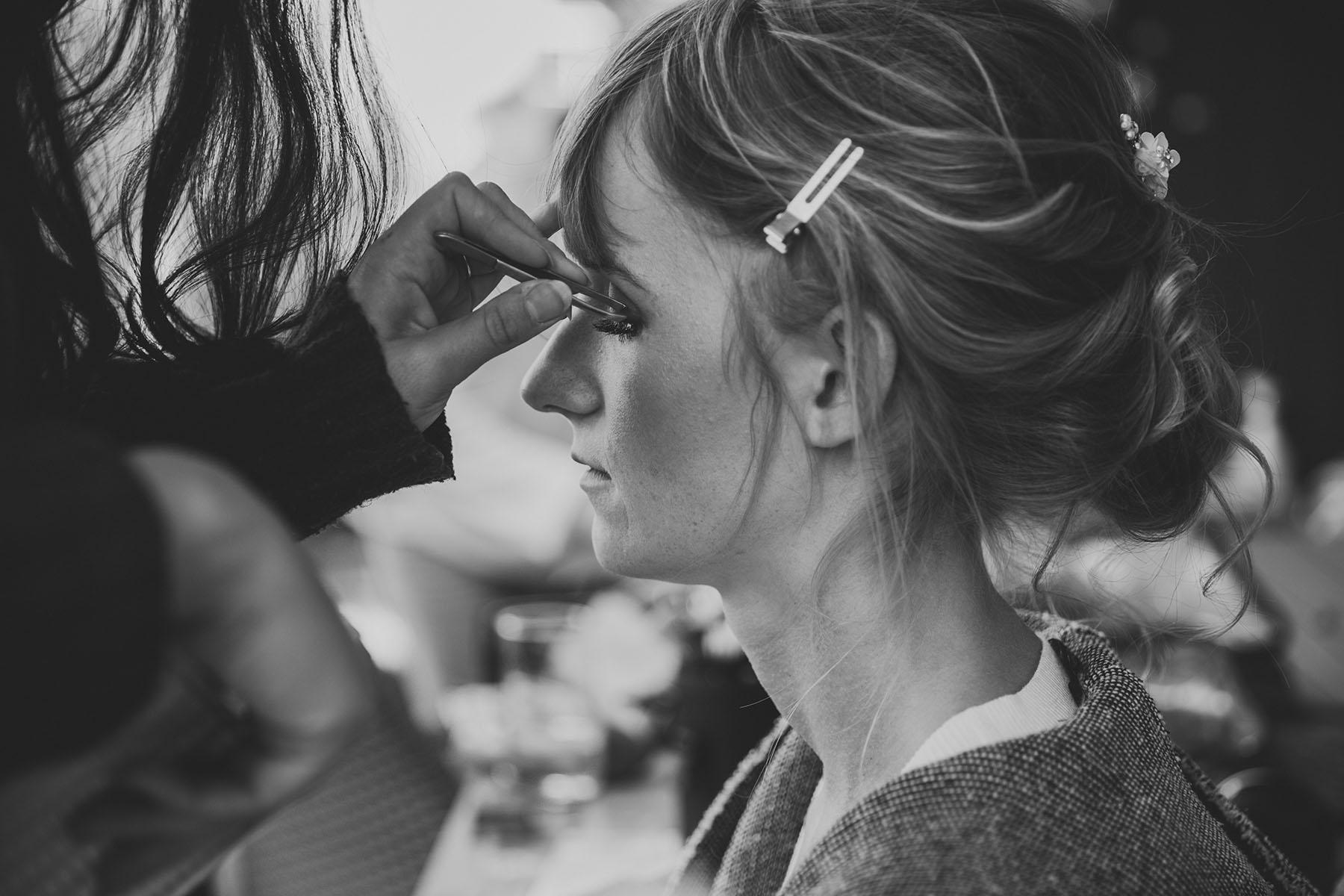 Brautmake-Up Foto in schwarz-weiß