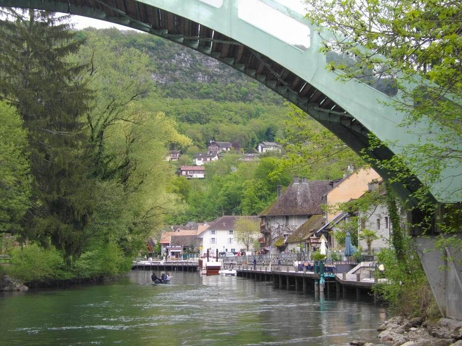 La passerelle relie la base de loisirs au village .Elle fut conçue et fabriquée par les professeurs et les élèves du lycée Monge de Chambéry, elle fut installée sur le canal en 1989.