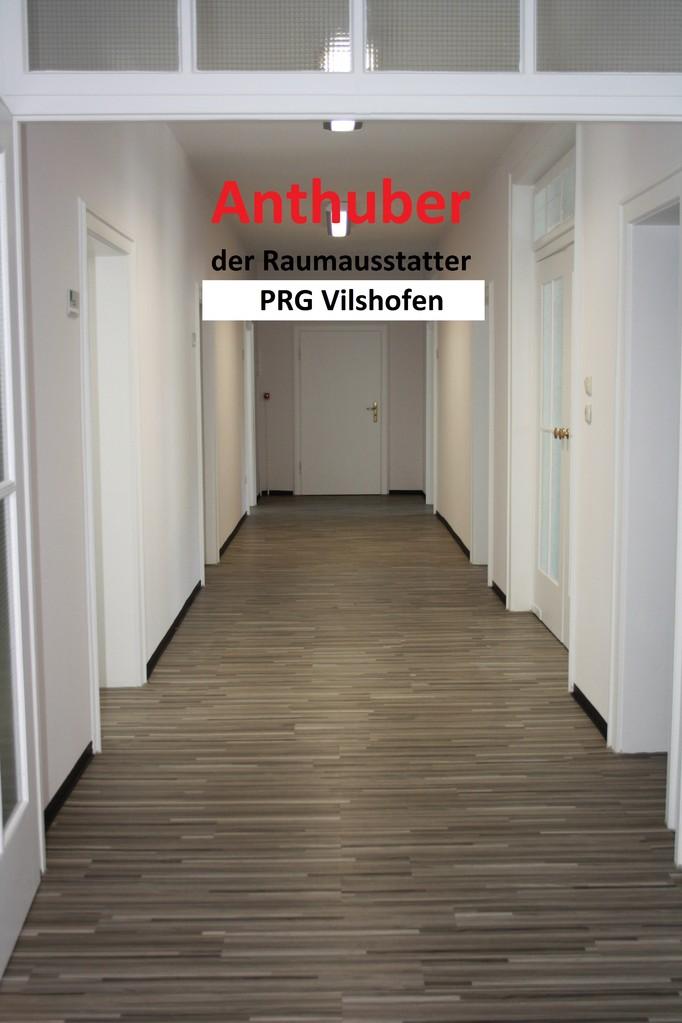 Bild: Verlegen von Vinylboden im Bürogebäude