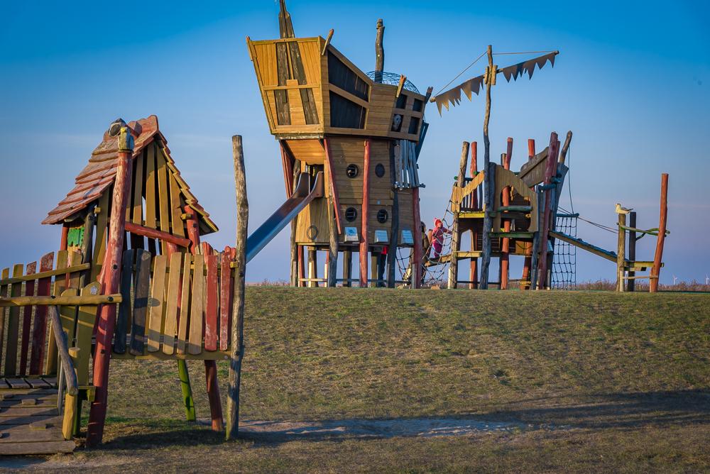 Moderner Spielplatz für kleine Piraten direkt an der Nordsee