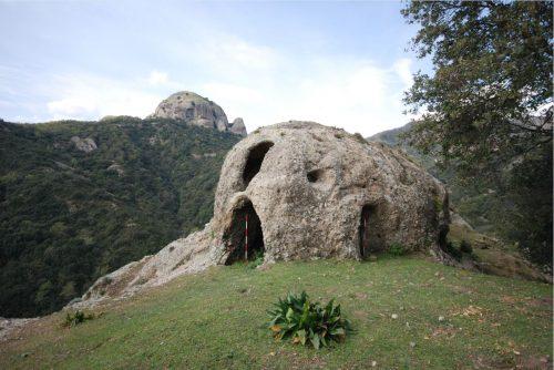 Rocce di San Pietro: I monaci, approdati nei nostri territori nell'alto medioevo, cercavano luoghi solitari e lontani dalle tentazioni umane, la tranquillità e il silenzio