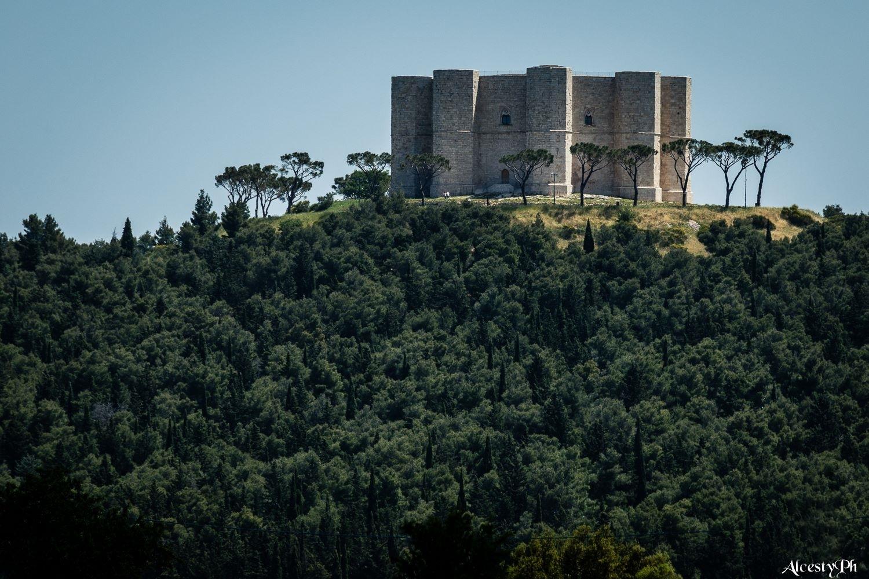 Il dominante Castel del Monte, patrimonio UNESCO