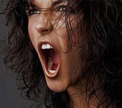 Busto de mujer gritando, con la boca abierta, enfadada