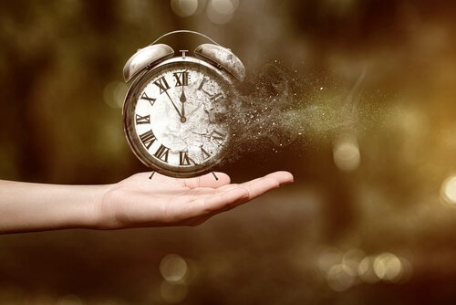 Reloj despertador sobre la mano