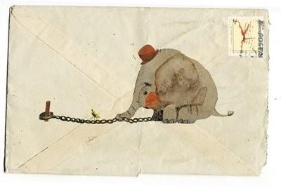 Imagen de un elefantito encadenado pintada sobre el reverso de un sobre
