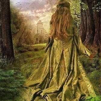 Mujer de espaldas con el cabello largo y vestido de terciopelo verde hierba caminando por el bosque