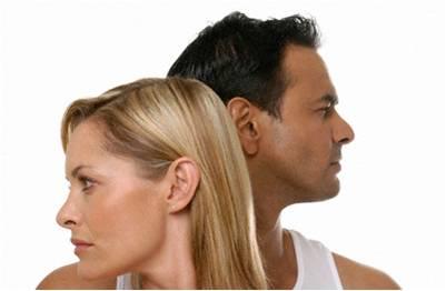 Busto de mujer y hombre mirando en distinta dirección enfadados
