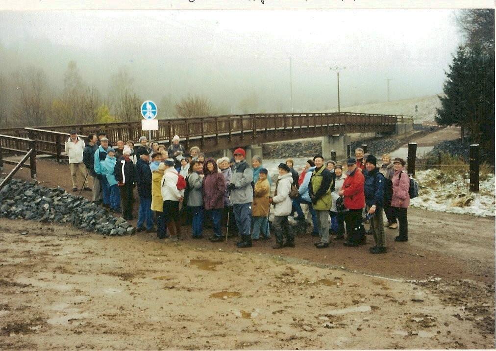 An der am 10.11.2005 eröffneten Fuß-und Radwegbrücke bei der Bretmühle (Taubenfurthbrücke)