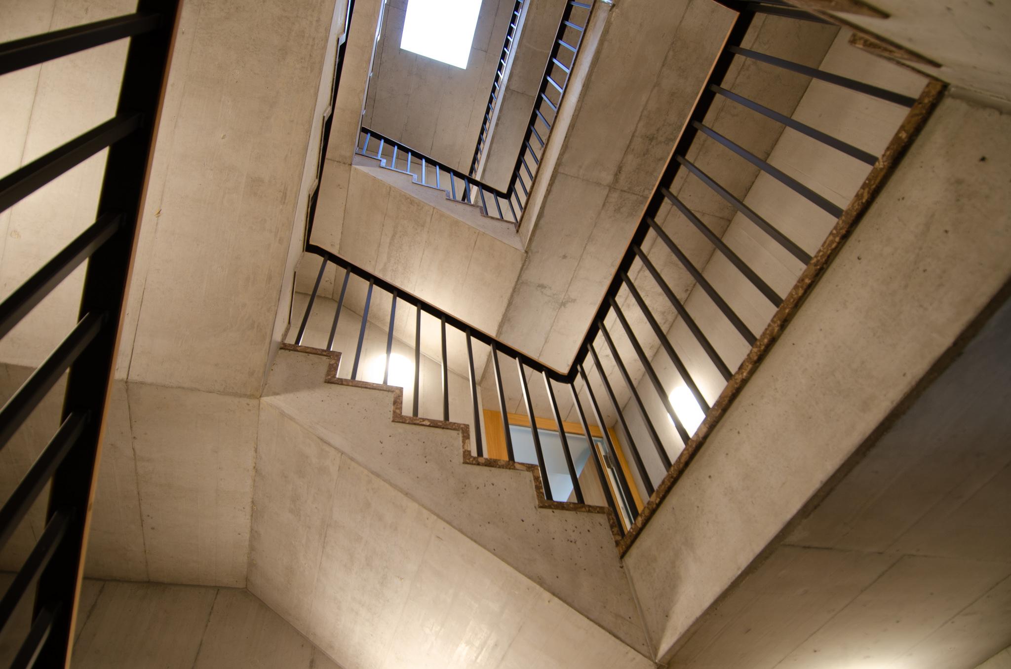 Die hellen Treppenhäuser mit dem automatisch kontrollierten Oblicht ...