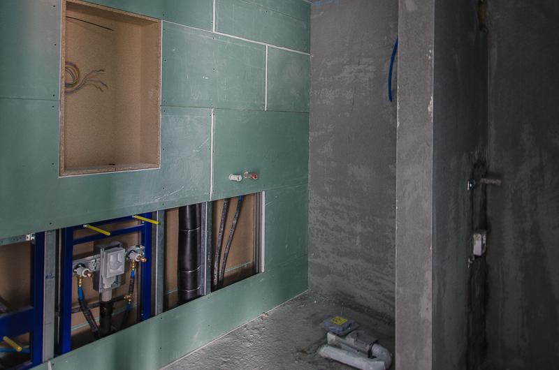 ...in den Wohnbereichen ist der Grundputz weitgehend angebracht, im Bad (Bild)  und im Küchenbereich sind auch die vorimprägnierten Gipsplatten montiert.