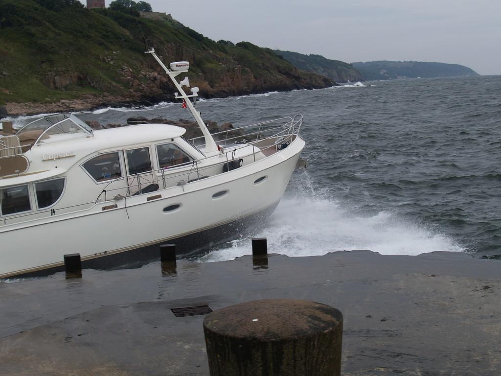 gefährliche Hafenausfahrt nur mit Vollgas möglich