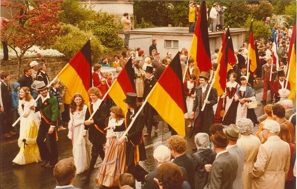 Die Autorin unter den Akteuren des Hambacher Festes 1982