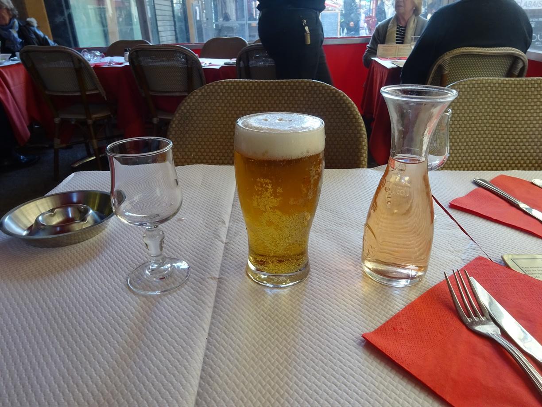 そろそろ夕食、まずは生ビールを一杯頼みました。