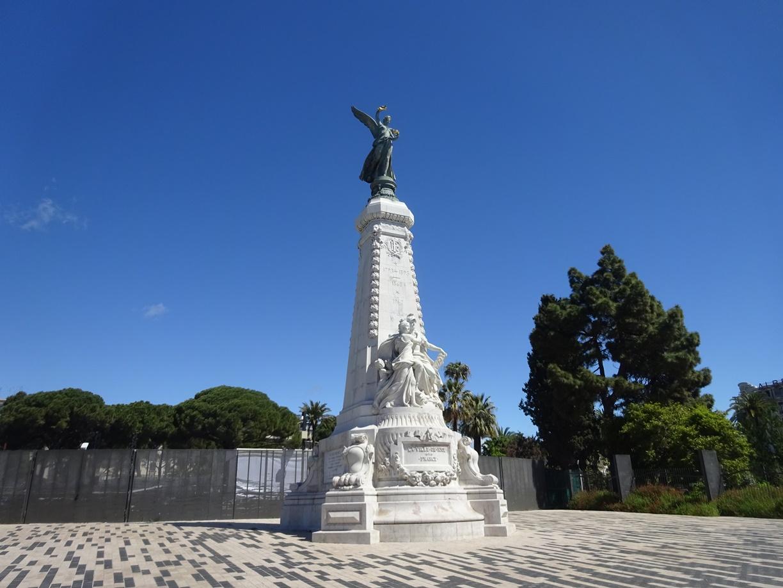 海岸沿いに建つ銅像ですが、詳細は分かりません。