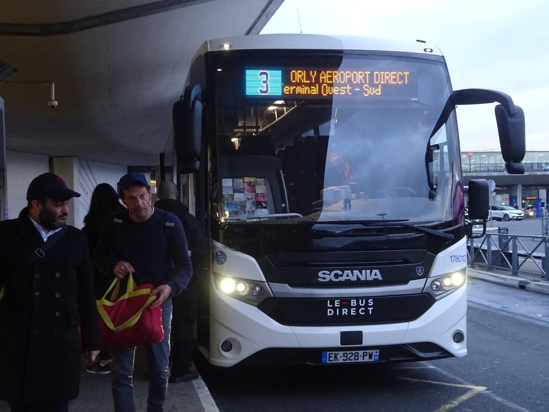 朝一のバスでオルリーに到着しました。ニース行きまで2時間待ちです。移動時間が多いので本は15冊持ってきました。