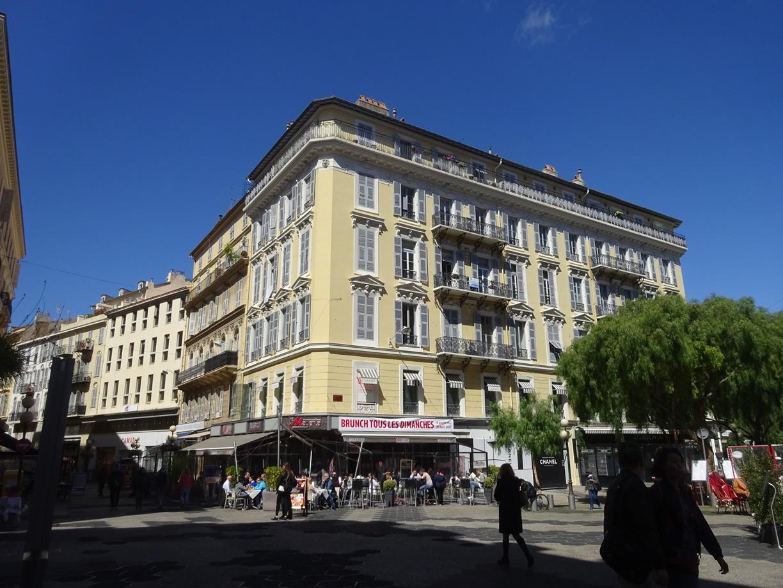 宿泊のホテルは街の中心地で交通の便が極めて良いです。