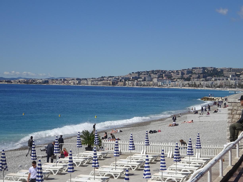海岸を少し散歩します。リゾートらしいビーチですね。
