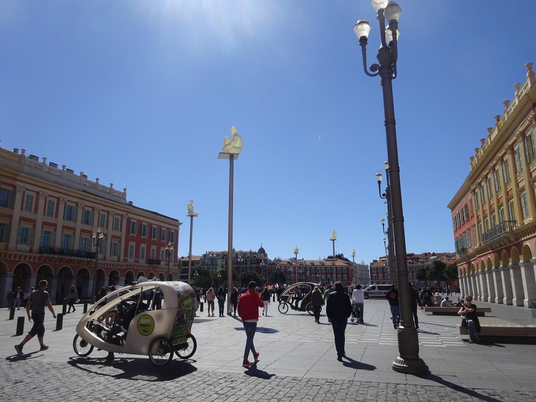 タクシーでホテルにチェックイン。コートダジュールの空気は軽いです。とりあえずマセナ広場にぶらり。
