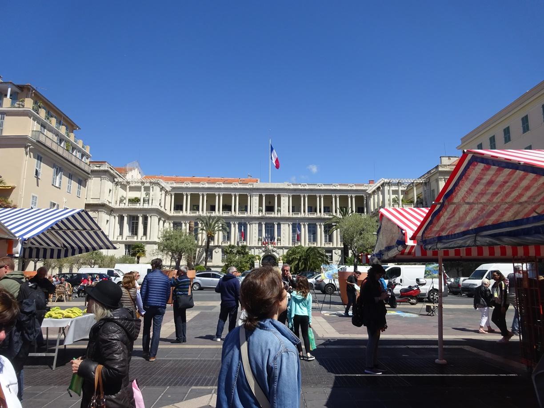 フランス国旗がたなびく市場近くの役所です。