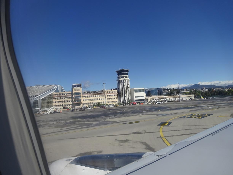 無事にニース空港に着陸。この空の青さ、やっぱり空が澄み切って南仏にきたって実感します。
