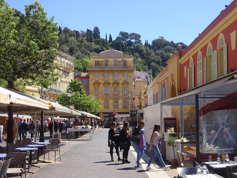 市場奥には小高い丘があります。右はレストラン街、左は露天街です。