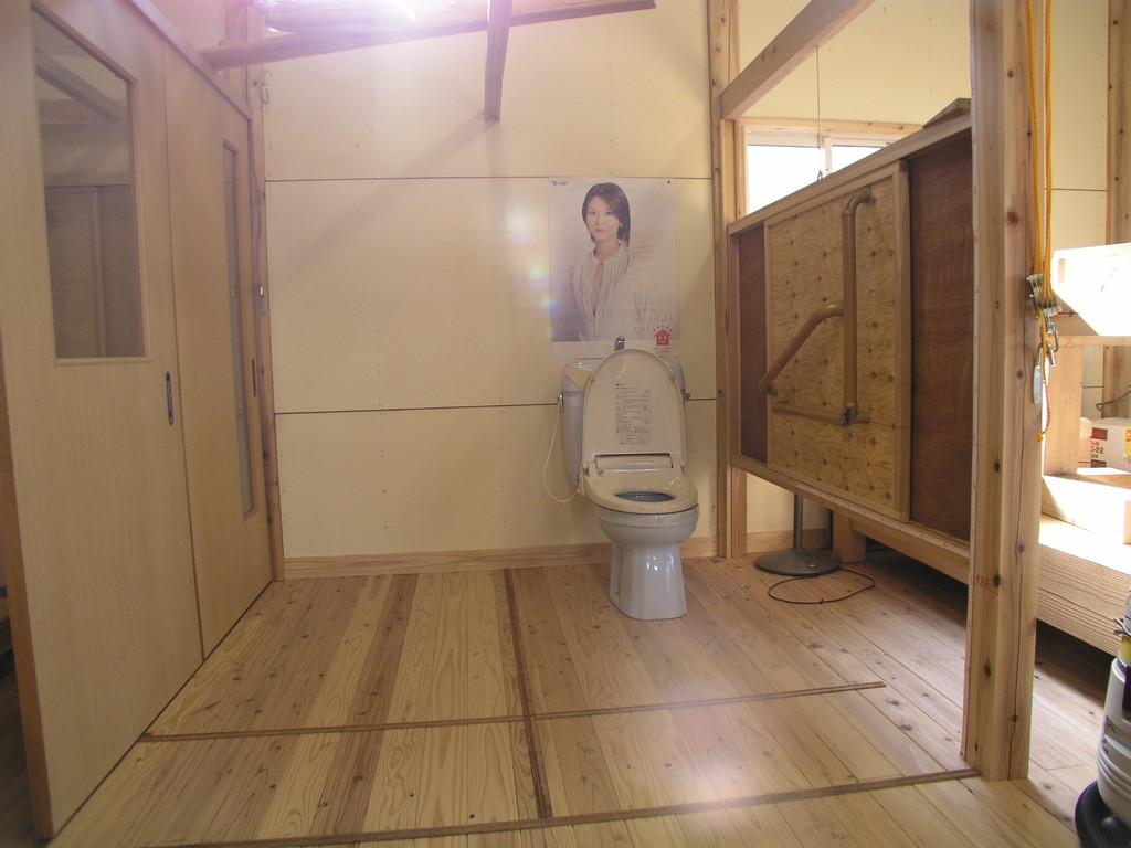 便所の広さ、左側に小用便器・手洗い設置可能巾 1,820〔六尺巾〕