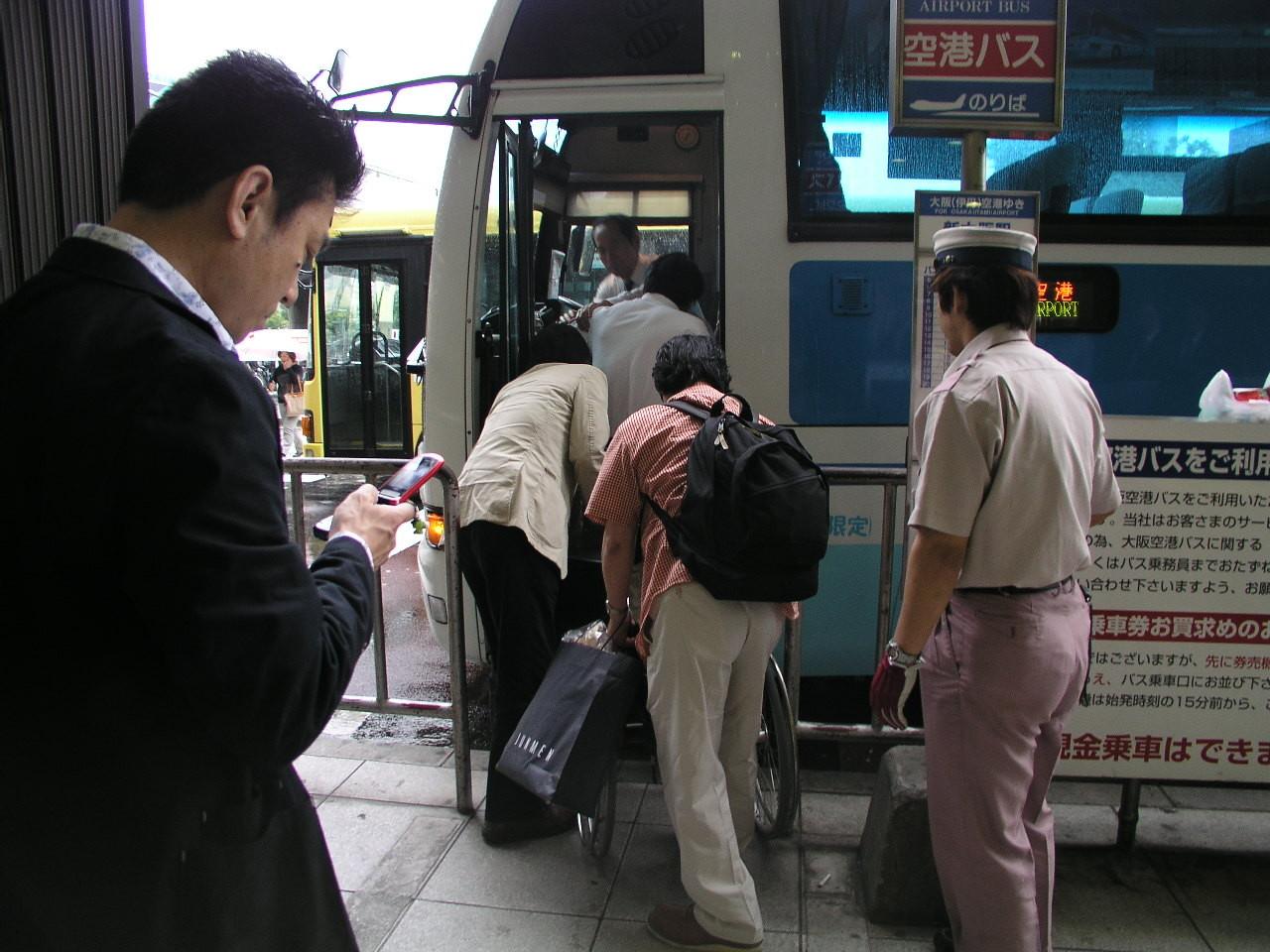 バスはいつも大変です、車椅子でそのまま乗りたい