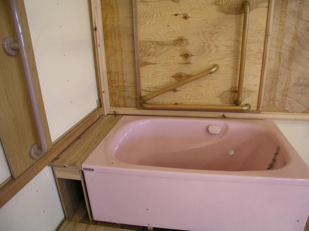浴槽の端に腰を下ろす場所の広さ加減と背中での身体保持