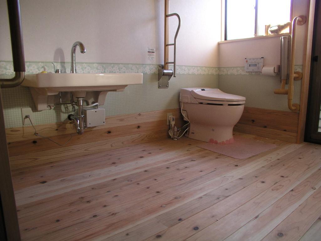 車椅子で動きやすく、男性用小便器、勝手口通路を活かしてトイレを広く