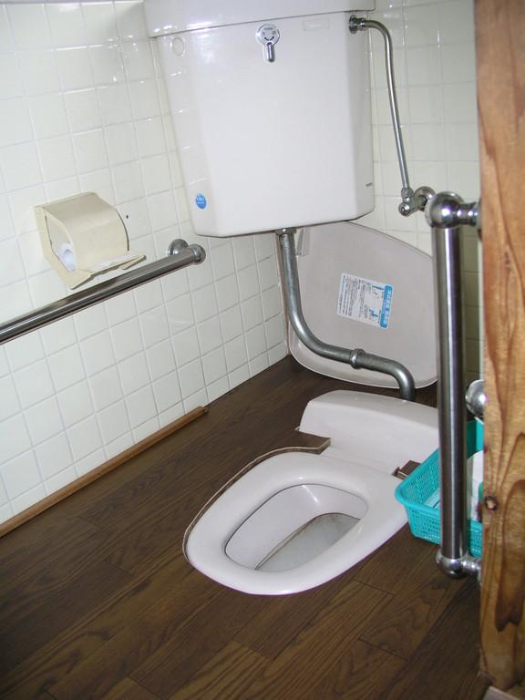 便器の埋め込みと、車椅子の足載せが入り寄りつきがし易い、タンクの水流しは出来る方