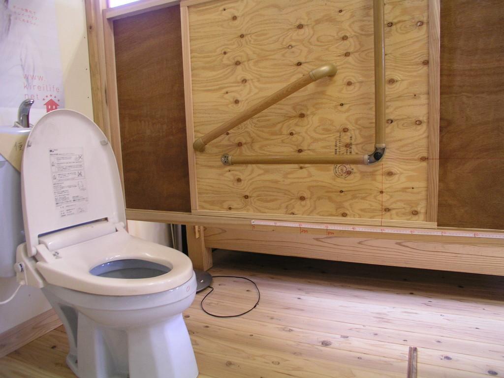 トイレの手すり検討状況、便器の高さは便座の上に硬質断熱材等でかさ上げ