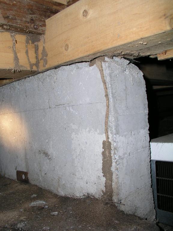 基礎部分の蟻道、地中から這い上がる