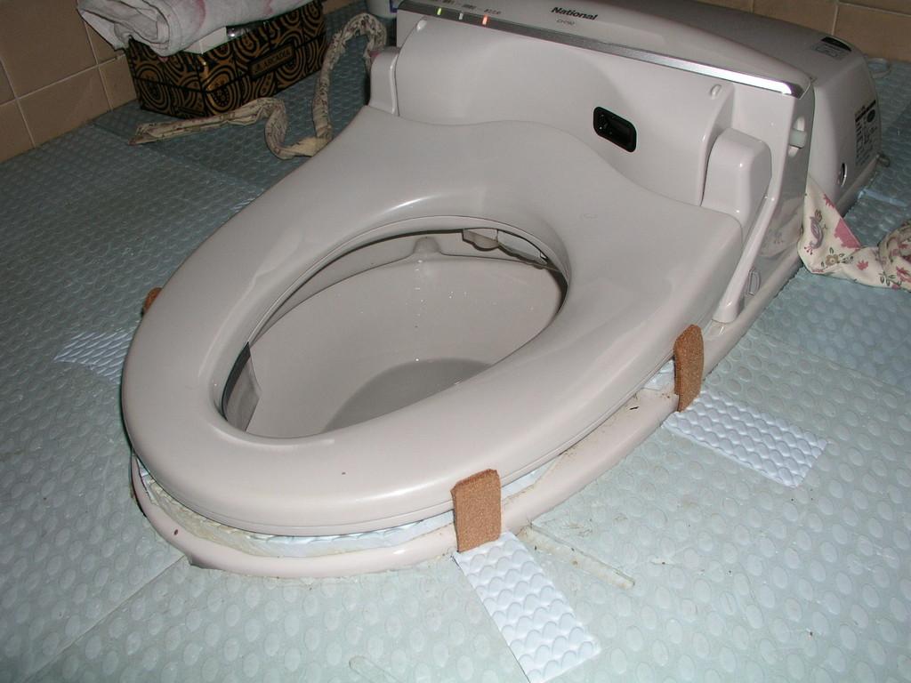 便座の固定、丈夫で邪魔にならない様に、尿の飛び出し防止も取付てます