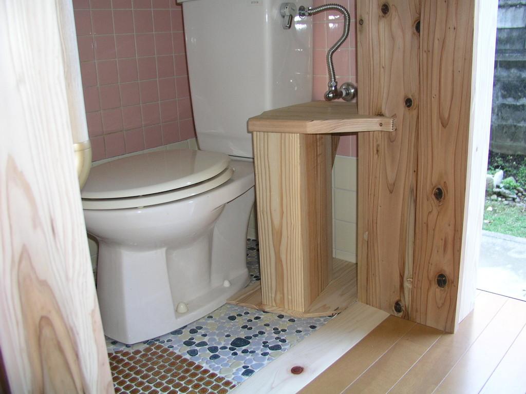 手摺で無く、プッシュアップ用の台を準備、玄関部分を活用もとの便所の横の部分から入る