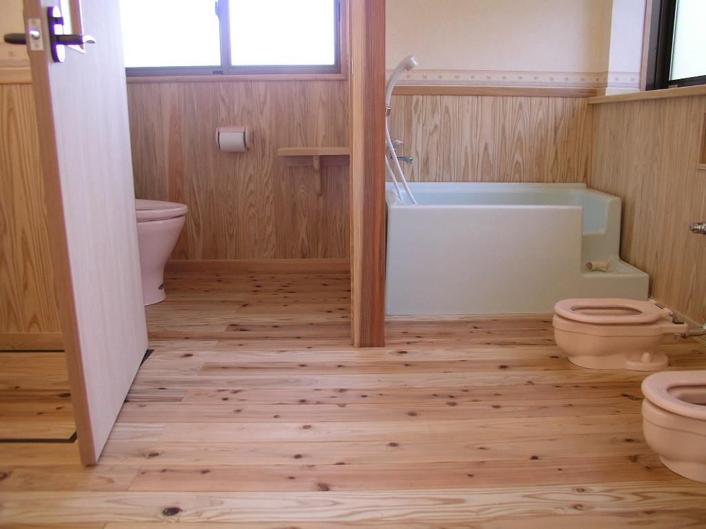 便所の横にシャワーブース・職員トイレ、充分な広さと気配りが出来る