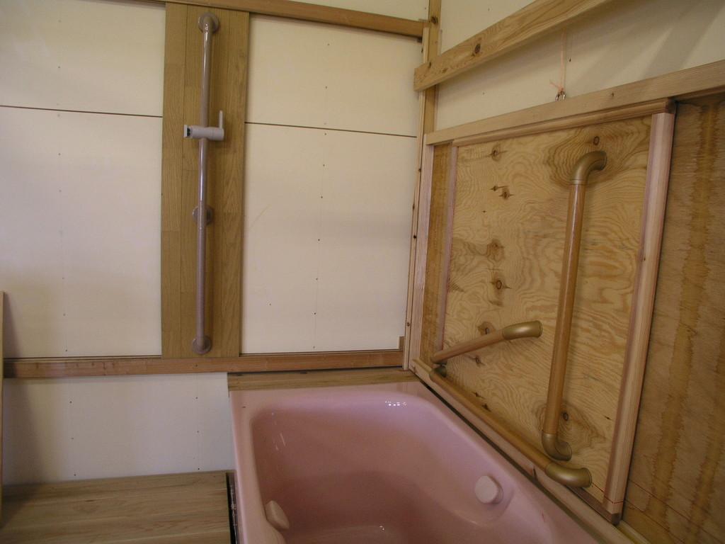 浴室の手すりの位置確認、上下左右に手すりが移動できる